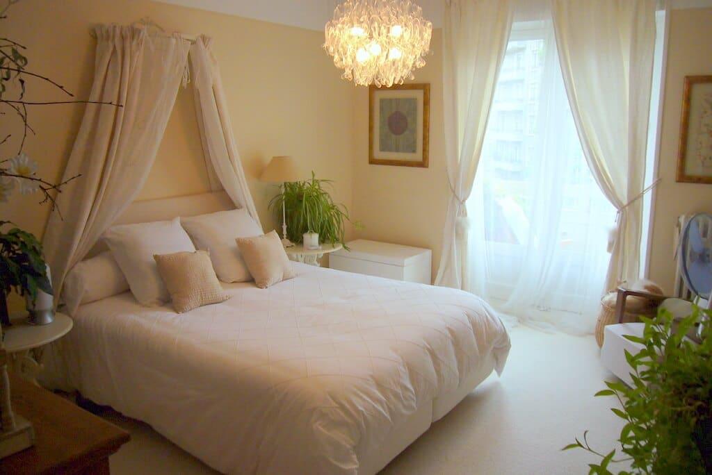 photo d''une chambre parentale entièrement décorée en blanc
