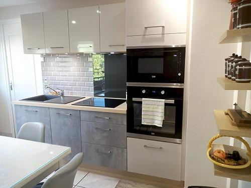Photo d'une petite cuisine moderne blanche et grise