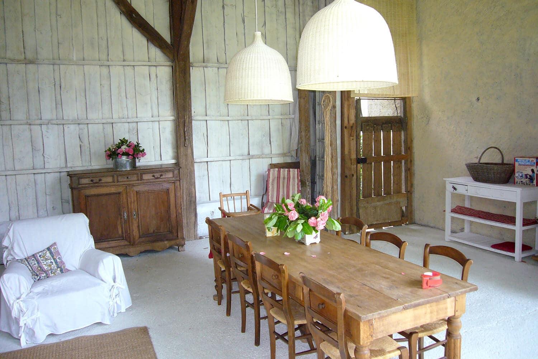 photo d'une cuisine d'été dans une grange avec des meubles en bois massif