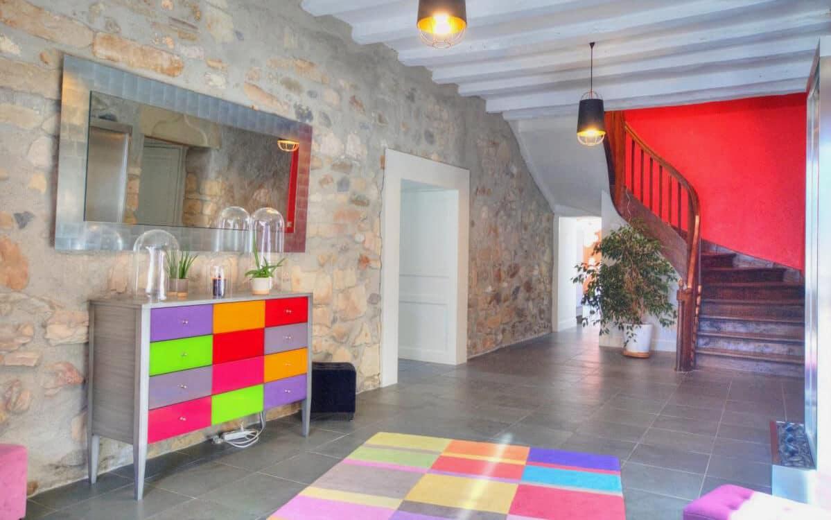 photo d'une entrée de maison de maître décorée avec beaucoup de couleurs