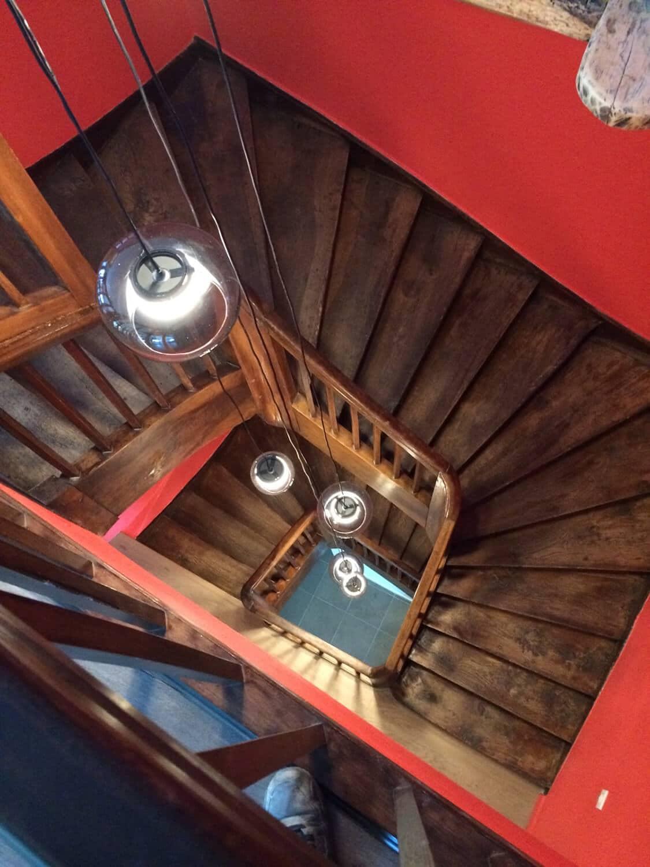 photo d'une monté d'escalier avec un grand lustre