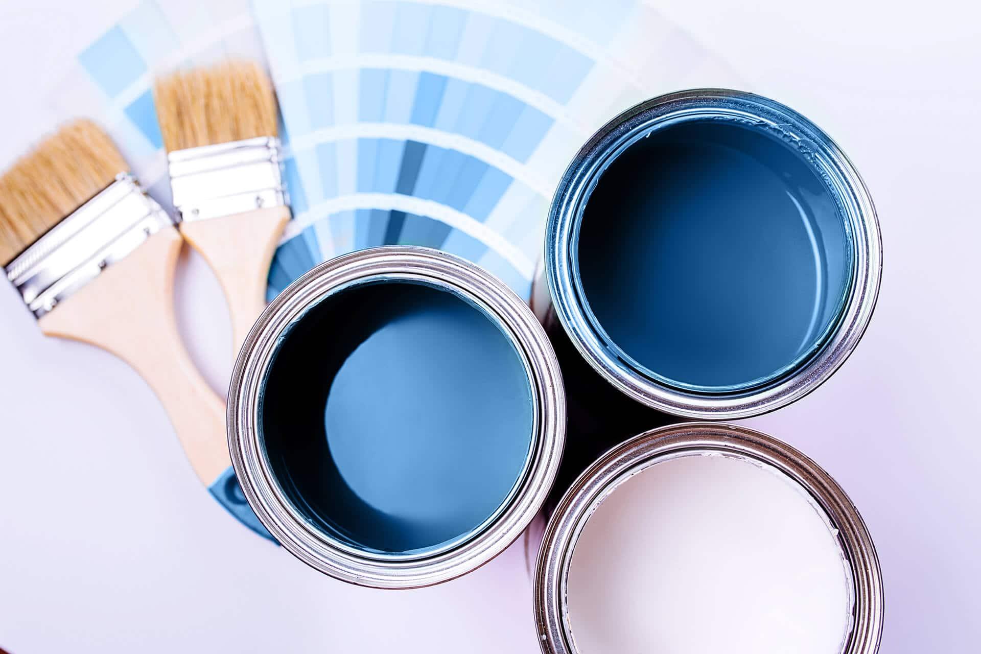 photo de pot de peinture bleu, de pinceaux et d'un nuancier