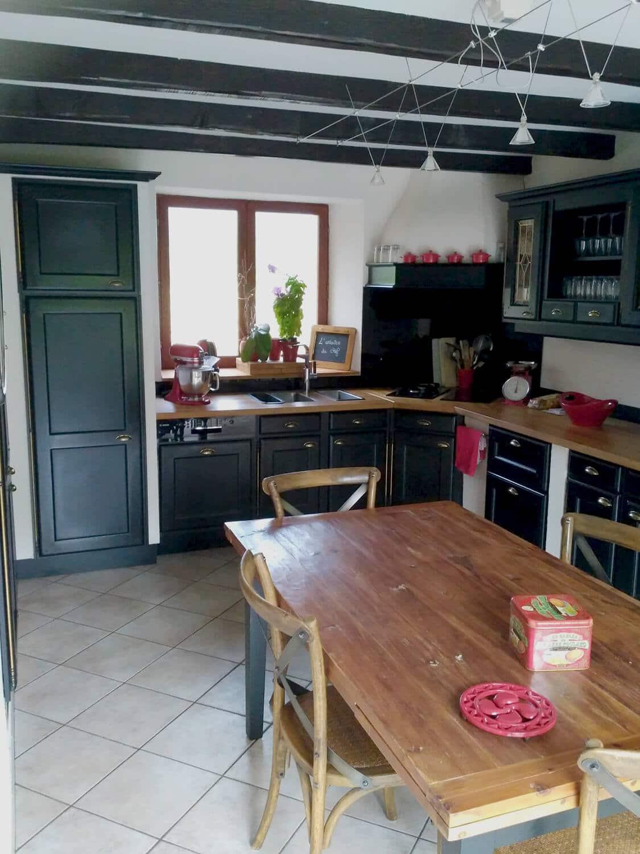 Photo d'une ancienne cuisine repeinte en noir