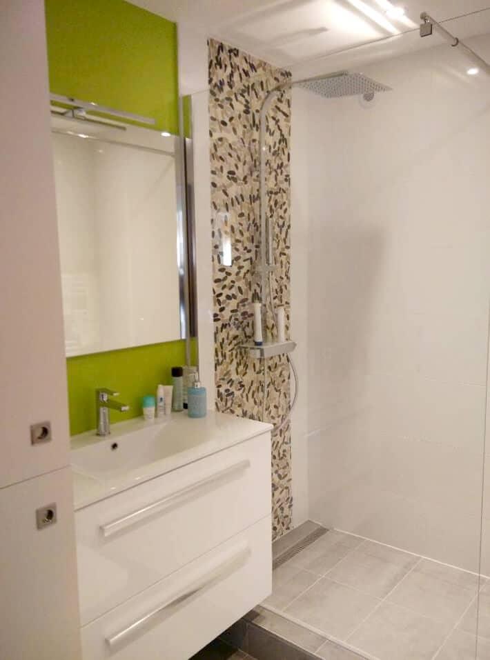 Conception de salle de bain naturel, toteme de douche en galets