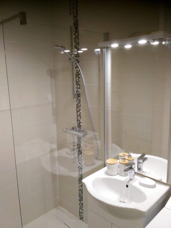 photo d'une petite salle de bain avec du carrelage beige