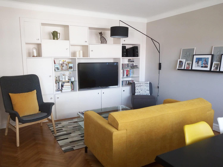 photo d'un salon style vintage blanc, avec un canapé couleur moutarde